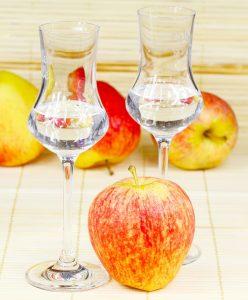 Auch so kann man Obst zu sich nehmen: Apfel essen und einen Obstler dazu.
