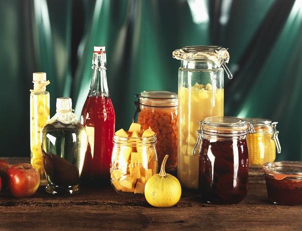 So wie hier, die unterschiedlichsten Obstsorten verarbeitet sind, könnt ihr auch Birnen als Likör, als Gelee als Marmelade verabeiten.