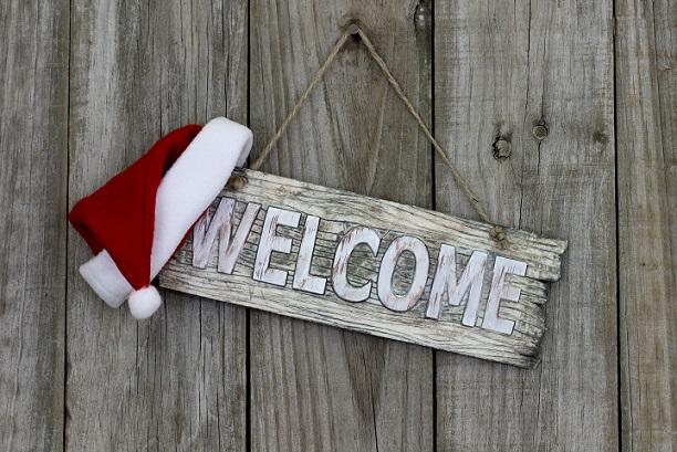Eine weitere Option, um die Haustürdeko für Weihnachten etwas anders zu gestalten, ist die Anbringung eines Holzschildes.