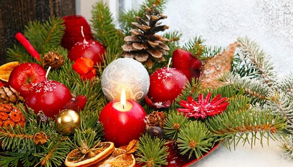 Natürlich dekorieren zu Weihnachten – dafür braucht es allerlei Material, das bereits im Sommer und Herbst schon gesammelt und präpariert wurde.