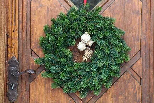 Der fertige Türkranz ist dann der ganze Stolz Ihrer Familie und begrüßt Gäste des Hauses mit seinem weihnachtlichem Charme.