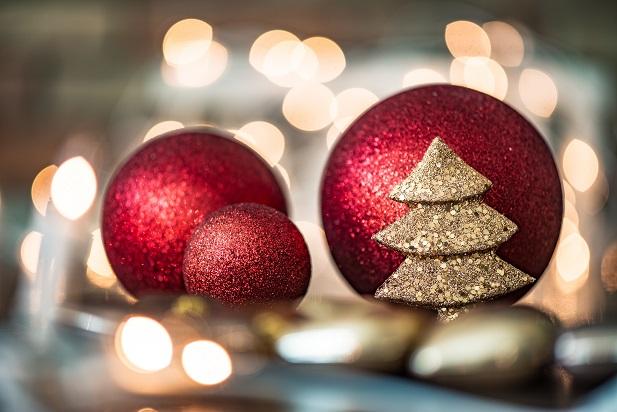Füllen Sie hohe Schalen oder Glasvasen mit bunten oder einfarbigen Weihnachtskugeln und anderer Deko.