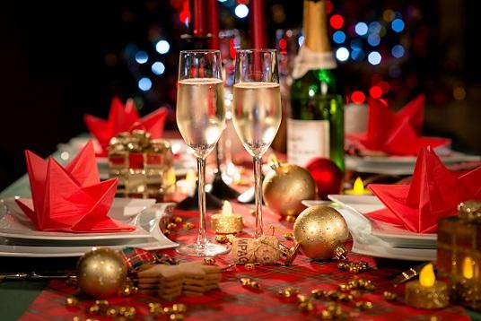 Dieser wunderbar gedeckte Tisch lässt Weihnachten zu einem unvergesslichen Fest werden.