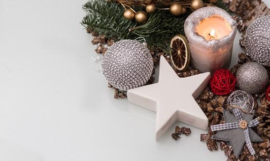 Der Kunstschnee lässt sich nach der Weihnachtszeit bequem mit einer Rasierklinge entfernen.