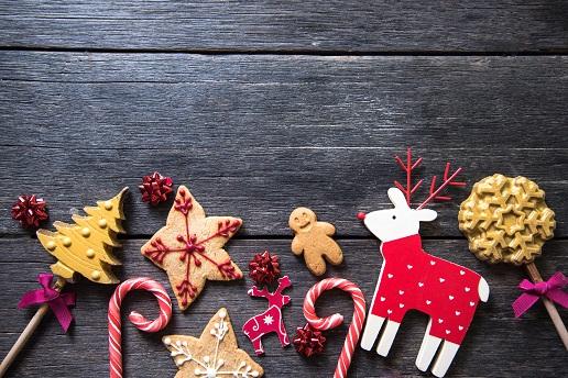 Wer die Schalen einer Orange hat, kann daraus wunderbare Weihnachtsdeko selber basteln.