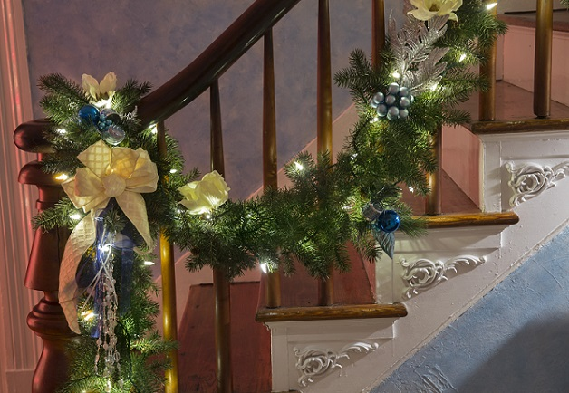 Zurück zum Geländer, aber jetzt ganz anders: Mit einer opulenten weihnachtlichen Girlande (wie im Bild) kann das Geländer wunderbar betont werden.(#03)
