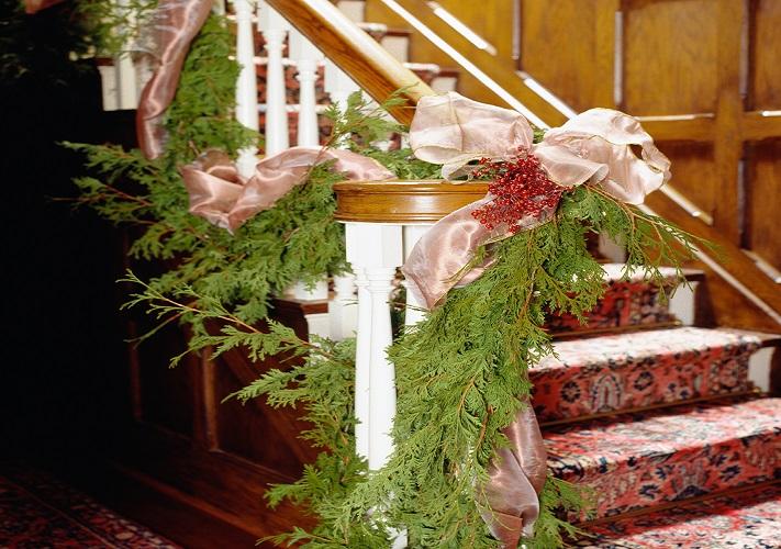 Beim Treppenhaus weihnachtlich Dekorieren gibt es viele Ideen. Besonders Girlanden eignen sich aufgrund ihrer langen und flexiblen Form hervorragend für die Treppe. (#06)