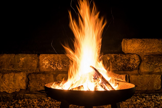 Eine Feuerschale ist eigentlich nur etwas für den Garten und den Sommer? Stimmt, doch auch in der Weihnachtszeit kann diese für ein außergewöhnliches Ambiente auf dem Balkon sorgen. (#04)