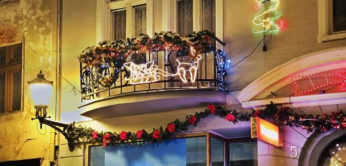 Balkon dekorieren: Weihnachtsdeko-Trends