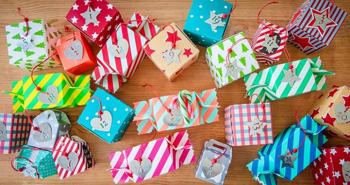 Eine weitere spannende Idee ist die Gestaltung eines Adventskalenders in Form von 24 kleinen Geschenken. Dafür ist es zunächst ratsam, 24 größere und kleinere Pappkartons zu sammeln.
