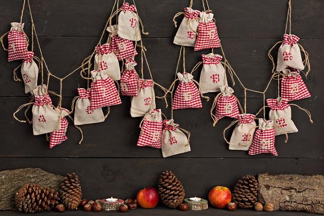 In Abhängigkeit zur freien Zeit und den persönlichen Nähkünsten können die Säckchen für den Adventskalender entweder selbst genäht oder das gesamte Teil gekauft werden. (#01)