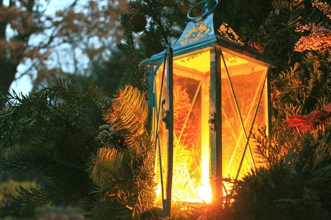 Zwar wirken die Tannenzweige am Tag richtig gut, doch bei Nacht schluckt die Dunkelheit den Dekoeffekt im Garten. Aus diesem Grund muss ein Lichtermeer her, mit welchem Sie den Garten weihnachtlich dekorieren können. (#02)