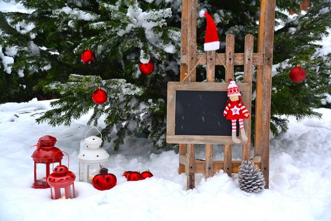 Auch Fans der schlichten Deko können im Garten mit nur wenigen Handgriffen weihnachtliches Ambiente zaubern. Wie wäre es beispielsweise mit einer weihnachtlichen Fahne? (#05)