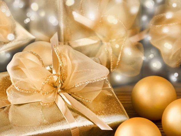 Ist einmal die das passende Material gefunden, mit welchem das Geschenk eingepackt werden kann, dann braucht es in der Regel noch weitere Extras, um das Präsent bzw. seine Verpackung abzurunden: Ob Schleifen, Anhänger oder Namenschildchen – jede einzelne Zugabe macht das Geschenk zum absoluten Hingucker. (#02)