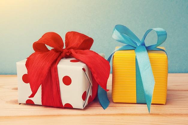 Toll kombinierbar ist, wie bereits oben erwähnt, hellbraunes Packpapier. Dieses kann mit einem zweifarbigen Geschenkband in weihnachtlichem Rot und Weiß toll individualisiert werden. (#03)