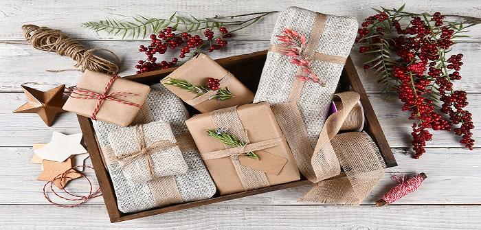 Weihnachtsgeschenke dekorativ verpacken