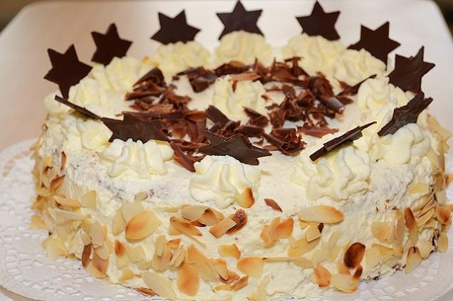 Beim Dekorieren der (Weihnachts-) Torte sollten einige grundsätzliche Tipps beachtet werden: Generell ist es ratsam, die Torte immer auf einen Untergrund zu setzen, welcher mit Backpapier ausgelegt ist. (#01)