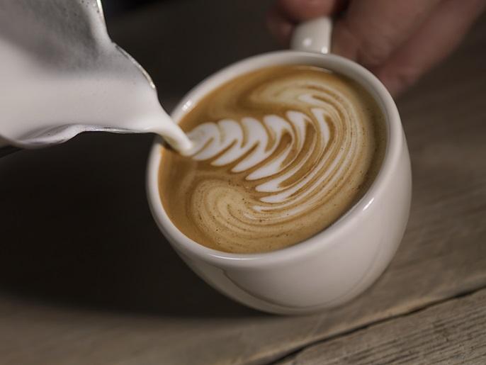 Der Cappuccino ist übrigens auch als Milchkaffee bekannt – das wissen viele heute gar nicht. Eine Möglichkeit ist es, in ein Café zu gehen und hier die Getränke aus der teuren Maschine zu genießen. (#02)