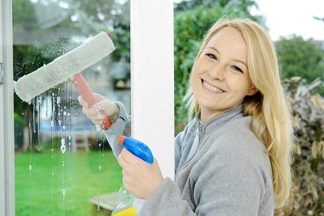 Statt Essigsäure können Sie auch Zitronensaft oder Spiritus nutzen, diese beiden Hausmittelchen haben den gleichen Effekt. Beim Fenster putzen mit Essig ist bei Kunststoffrahmen Vorsicht geboten. (#03)