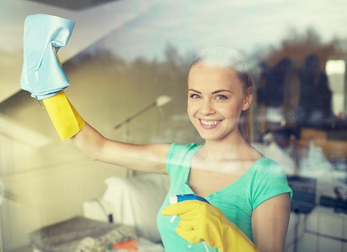 Es geht nicht nur ums Fensterputzen und um Fenster Hausmittel zum Putzen, sondern vor allem darum, die Scheiben ohne Streifen, Schlieren oder Flecken zu reinigen. Damit das ein wenig leichter geht, ist es empfehlenswert, die Fenster nicht allzu selten zu putzen – einmal im Jahr ist dann doch zu wenig. (#01)