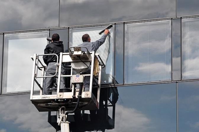 Für die Dusche kennen wir die üblichen Glasabzieher, die dafür sorgen, dass die letzten Tropfen vom Glas entfernt werden. Warum diese Hilfsmittel also nicht für die Fensterscheiben nutzen? (#02)
