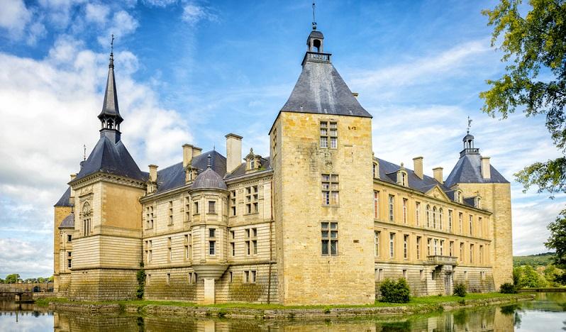 """Im französischen Burgund ist es auf eine besonders """"delikate"""" Art möglich, Familienfeiern einmal anders zu erleben. Denn wenige Regionen Frankreichs werden so für ihre hohe gastronomische Qualität geschätzt. Regionalen Wein und traditionelle Speisen auf einem alten Schloss im Kreise der Liebsten genießen? (#02)"""
