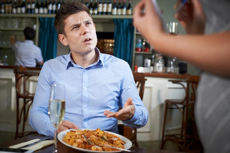 Generell sollte man einen Mangel am servierten Essen möglichst sofort beanstanden. (#04)