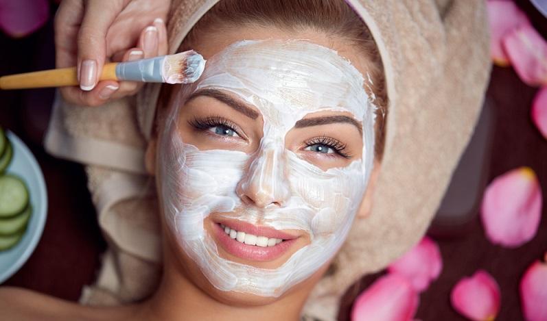 Die Basis eines jeden guten Make ups ist die sorgfältige Reinigung der Haut. Deshalb gilt für jeden Hauttyp: Bevor mit dem Schminken begonnen wird, sollte man mit Hilfe von Waschlotionen, Schaum und Gesichtswasser die Haut gründlich reinigen. (#01)