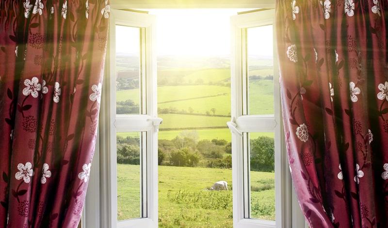 Besser ist es, die Fenster alle zwei bis drei Stunden weit zu öffnen, diese Stoßlüftung sorgt für einen Luftaustausch und lässt keine einzelnen kalten Stellen an den Fensteröffnungen zurück. (#02)