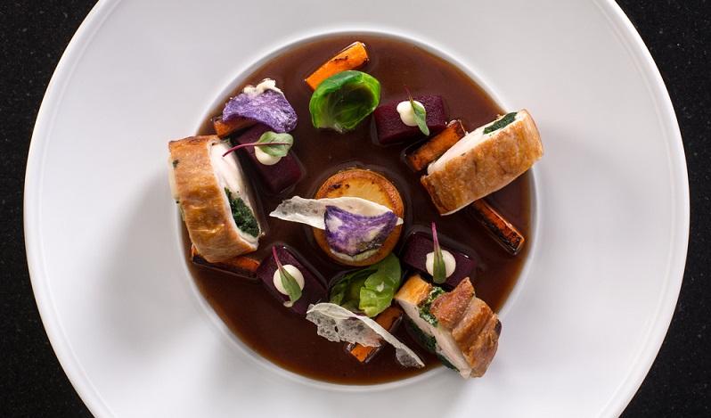 Zartes Kaninchenfleisch und saftiger Speck machen dieses Gericht zu einem wahren Genuss, der durch den Rotwein perfekt abgerundet wird. (#01)