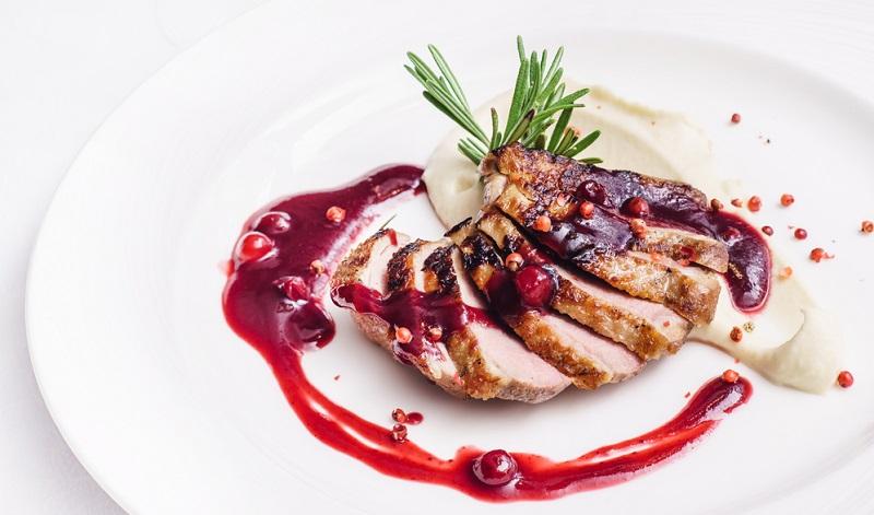 Nicht nur Johann Lafer nutzt sehr gern Rotweinsaucen, um seine köstlichen Spezialitäten abzurunden. Rotwein ist allgemein eine sehr beliebte Zutat, denn damit kann man Saucen mit wenig Aufwand verfeinern (#04)