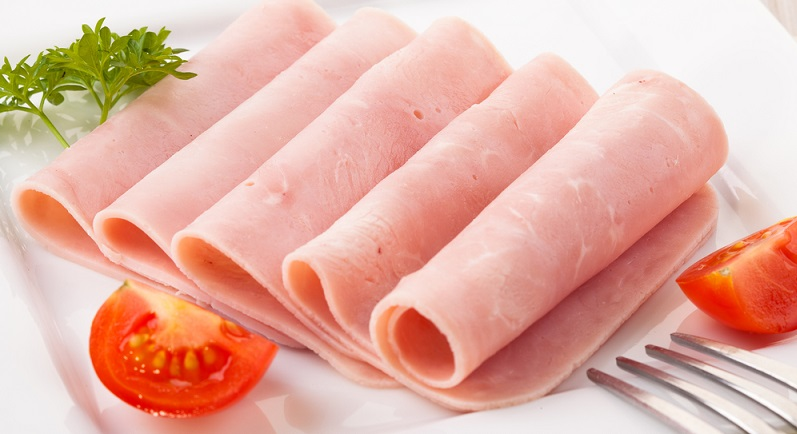Anders als der klassische Vorder- und Hinterschinken, die beide kaum zerkleinert werden, setzt sich das Formfleisch aus kleinen Fleischstücken zusammen.