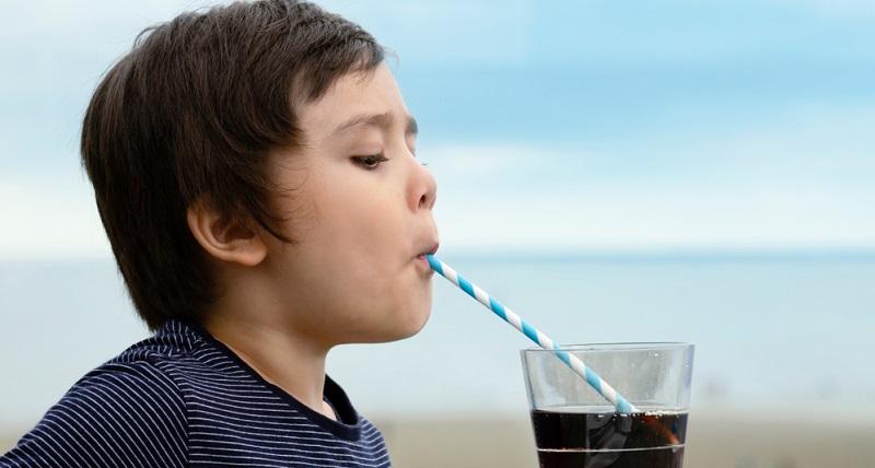 Koffein ist ebenfalls ein Trigger für Spannungskopfschmerzen bei Kindern. Leider ist in vielen Softdrinks Koffein enthalten und der kindliche Körper gewöhnt sich sehr schnell daran.