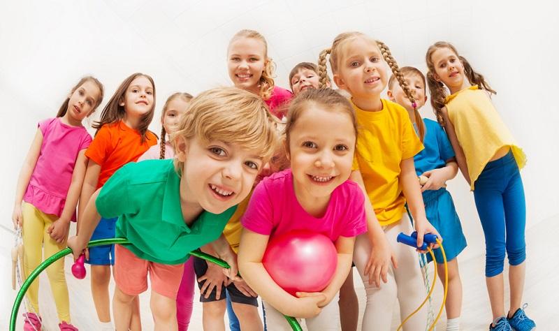 Meistens handelt es sich bei Kindern um Kopfschmerzen vom Spannungstyp, denen Eltern vorbeugen können, indem sie den Lebensstil des Kindes gesund gestalten. Dazu gehören ausreichend Schlaf, Sport, Bewegung an frischer Luft sowie eine gesunde Ernährung.