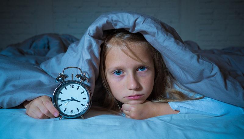 Schulkinder benötigen noch sehr viel Schlaf. Ohne eine ausgedehnte Nachtruhe von zehn bis zwölf Stunden ermüden Kinder schneller, sind nicht ausgeruht und leiden unter Konzentrationsproblemen.