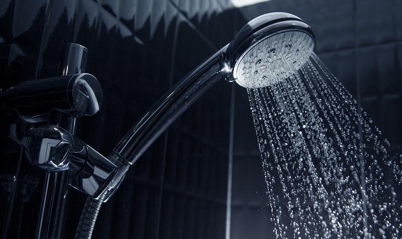 Heizkosten sparen: Der Sparduschkopf mischt dem durchströmenden Wasser Luft bei. (#02)