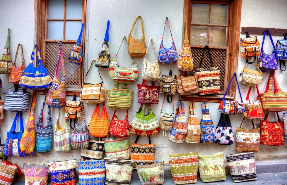 """Auf dem großen Basar in Antalya wimmelt es nur so von Plagiaten und Fake-Handtaschen, -Uhren & Co. Wer sich mit billigen Imitaten von Markenprodukten eindecken will, der ist hier richtig. Das geflügelte Wort """"Einen Türken bauen"""" hat offenbar einen Ursprung. Da kann das Glückshotel Türkei schnell zum Warenlager werden. (#4)"""