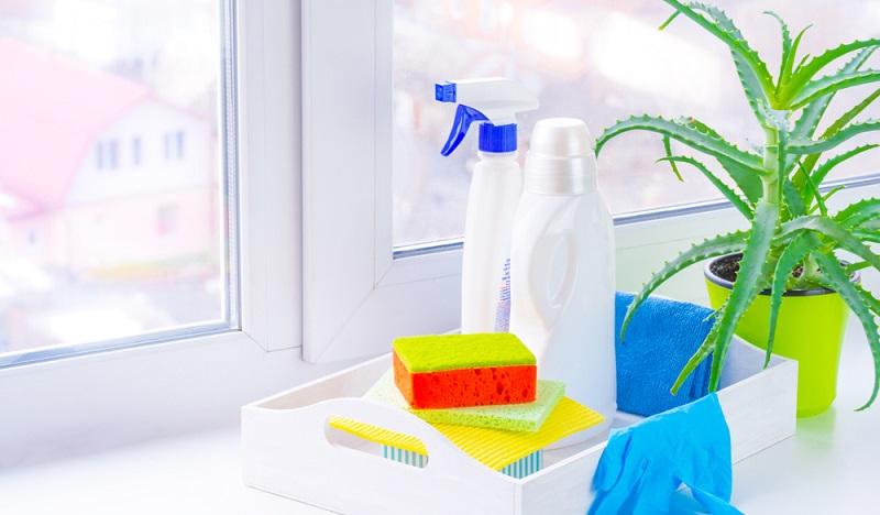 Wer täglich seine Küche putzt, hat länger Freude an deren Glanz. Putzmittel sollten deshalb immer bereitstehen.