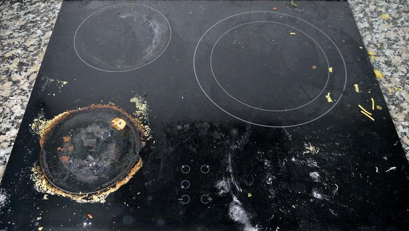Der Horror jeder Küche ist ein Cerankochfeld in diesem Zustand. Mit Natron bekommt man diese starken Verschmutzungen wieder weg und kann das Ceranfeld blitzeblank reinigen.