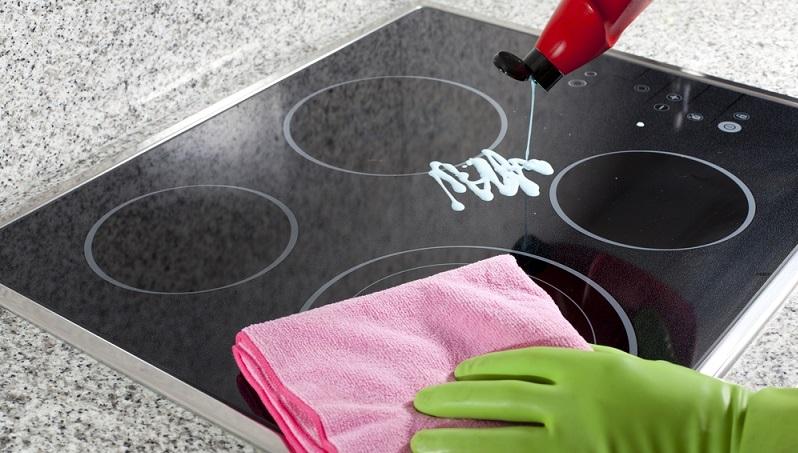 Mit dem Ceranfeldreiniger kann man das Ceranfeld von groben Verschmutzungen reinigen.