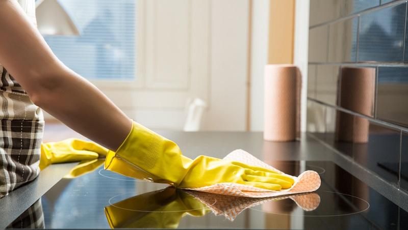 Beim Ceranfeld reinigen nicht das Polieren vergessen, nach jeder Reinigung das Glaskeramikkochfeld mit einem weichen Tuch polieren.