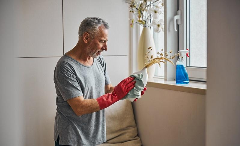 Putzexperten raten dazu, einen Spritzer Neutralreiniger zu verwenden, wenn es um das Reinigen der Oberflächen von Echtholzmöbeln geht. ( Foto: Shutterstock-_ Svitlana Hulko)