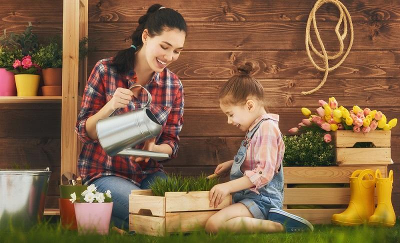 Die nun anstehenden Gartenarbeiten umfassen die Vorbereitung des Bodens, die ersten Anpflanzungen und die Pflege des Rasens sowie einige weitere Tätigkeiten. ( Foto: Shutterstock-Yuganov Konstantin )