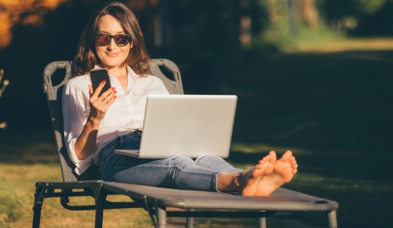 Im Garten liegen und arbeiten schöner geht es kaum. (Foto: Shutterstock-_Alina Rosanova )