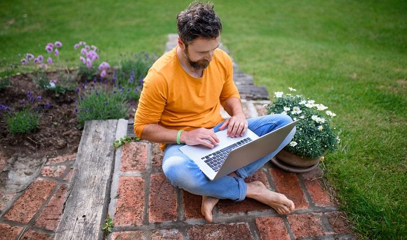 Den Garten so schön zu gestalten, dass Arbeiten richtig Freude macht. ( Foto: Shutterstock- Halfpoint )